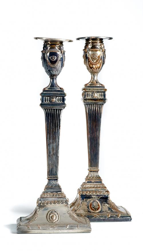 Pareja de candeleros eduardinos en plateado de estilo Jorge