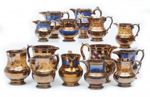 Lote de catorce jarras de cerámica en reflejo dorado, de va