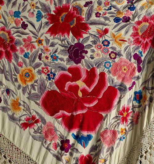 """Mantón de """"Manila"""" en seda con flores bordadas de color con"""