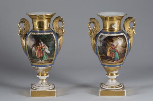 Par de jarrones de porcelana esmaltada uno en azul y dorado