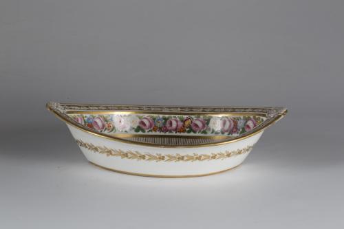 Fuente Carlos X de forma ojival de porcelana esmaltada y do