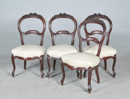 Cuatro sillas isabelinas en madera de caoba, tallada y mold