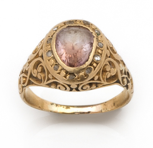 Sortija de pp s.XX con piedra rosa orlada de diamantes en m