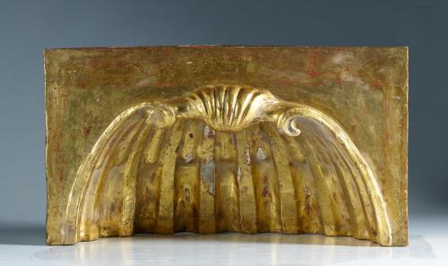Fragmento de retablo en madera tallada, estucada y dorada.
