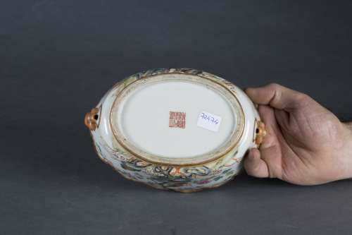 "Enfriador o ""Monteith"" de porcelana con flores y borde amar"