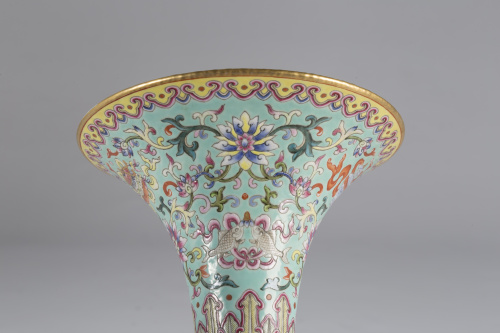 """Jarrón """"Gu"""" en porcelana esmaltada de la """"Familia Rosa""""Chi"""