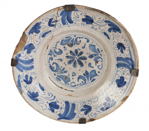 Plato de cerámica esmaltada en azul de cobalto con decoraci