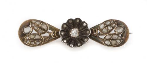 Broche s.XIX con flor central de diamantes y hojas a los la