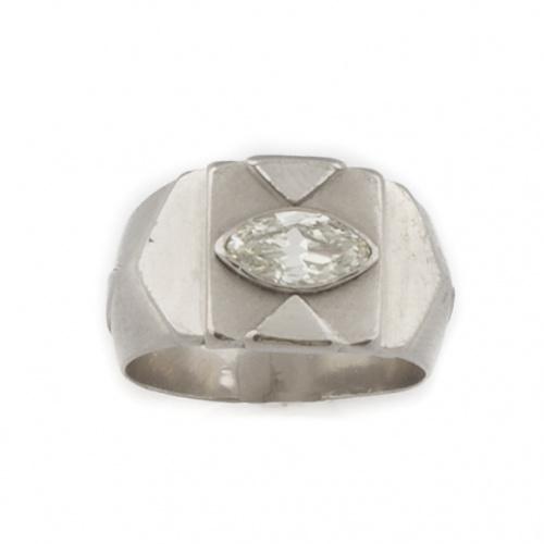 Sortija con diamante talla navette antigua central de 0,65