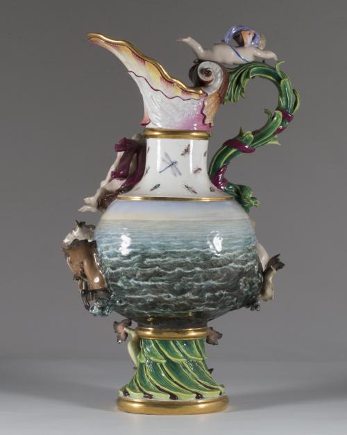 """""""Ewer"""" o jarro de porcelana esmaltada, representa una alego"""