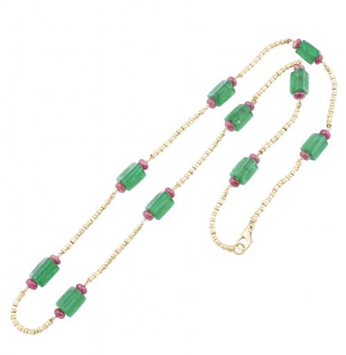 Collar largo con vidrios verdes prismáticos con intaglios e