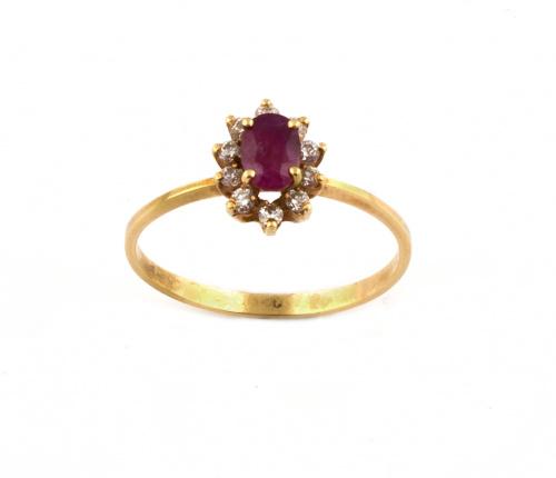Sortija con rubí oval orlado de brillantes en oro de 19K.