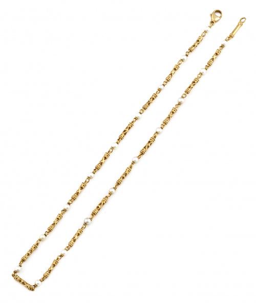 Cadena con perlas y piezas en forma de columna calada en or