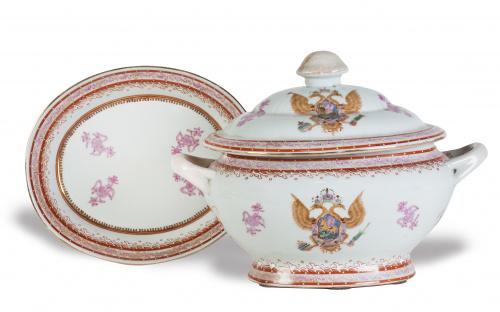 Sopera y fuente, en porcelana esmaltada, siguiendo modelos