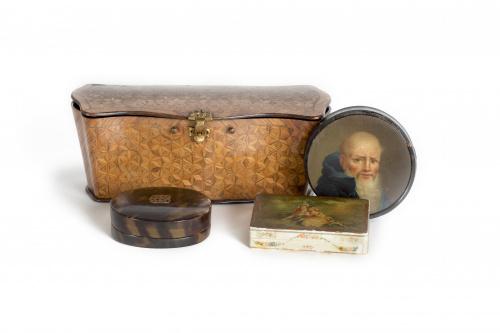 Caja de estilo Luis XV con marquetería geométrica, en palo