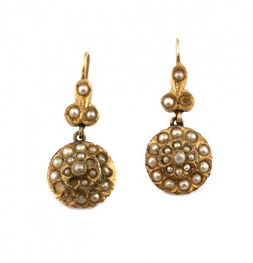 Pendientes largos de pp. S.XX con rosetón de perlitas finas