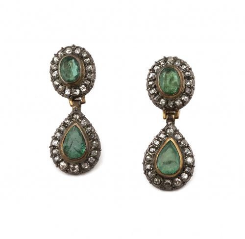 Pendientes largos S.XIX con esmeraldas de talla oval y peri