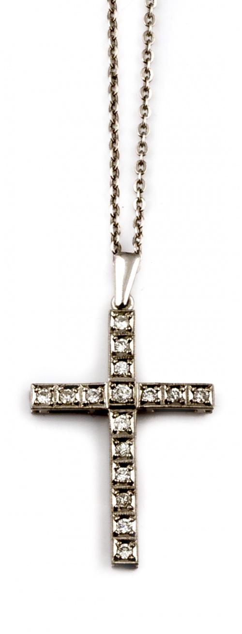 Cruz colgante de brillantes con cadena en oro blanco de 18K.