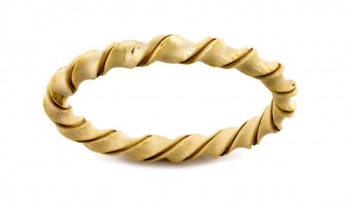 Pulsera rígida en marfil tallada y adornada con cordoncillo