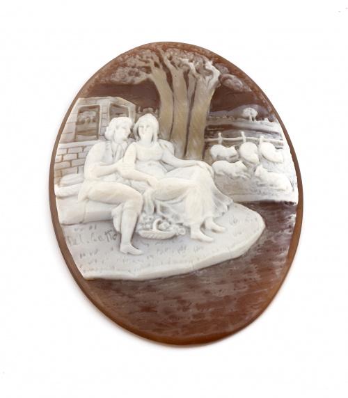 Dos camafeos tallados en concha bicolor con escenas campest