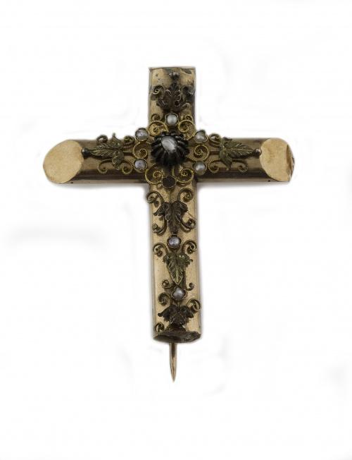 Broche cruz S.XIX con motivos aplicados de hojas e hilo de