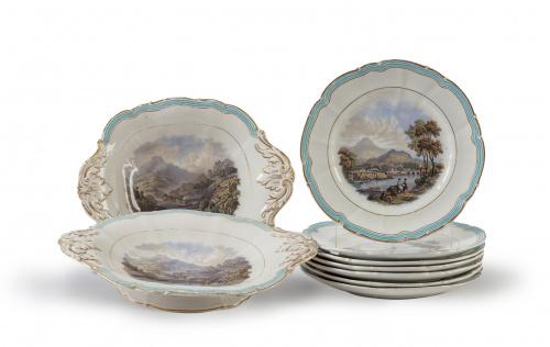 Conjunto de siete platos y dos fuentes con decoración de pa