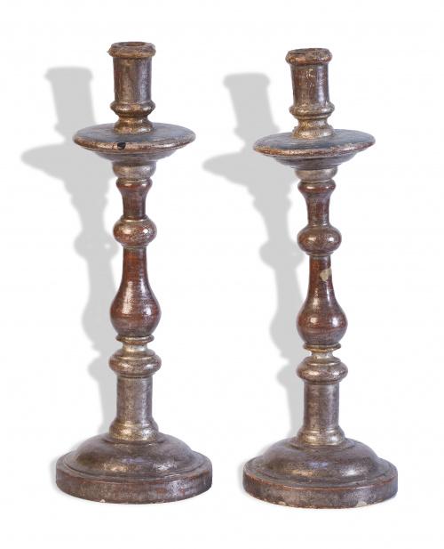 Pareja de candeleros de madera tallada y corleada.Trabajo