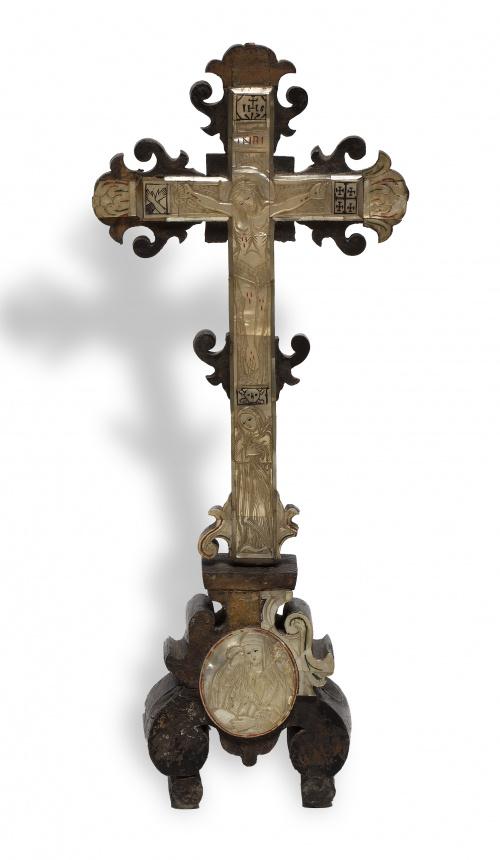 Cruz de madera con aplicaciones de madreperla y policromía.