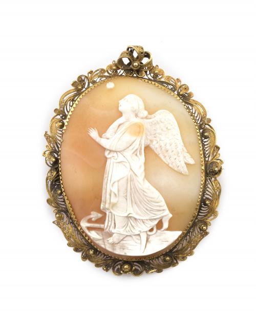 Broche s.XIX con camafeo de arcángel tallado en concha bico