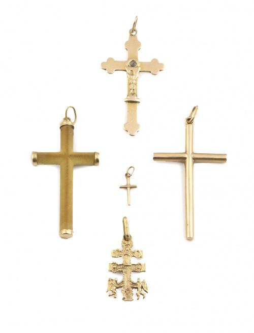 Lote formado por cuatro crucifijos y una cruz de Caravaca