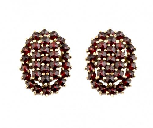 Pendientes ovales con granates engastados en garras de oro