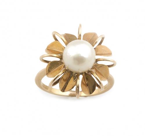 Sortija flor con perla cultivada central entre pétalos de o