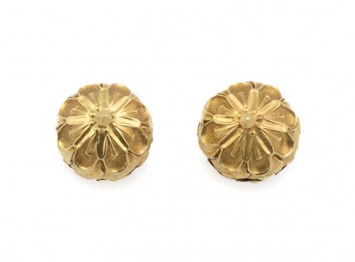 Pendientes de esferas grabadas con flores, en oro amarillo