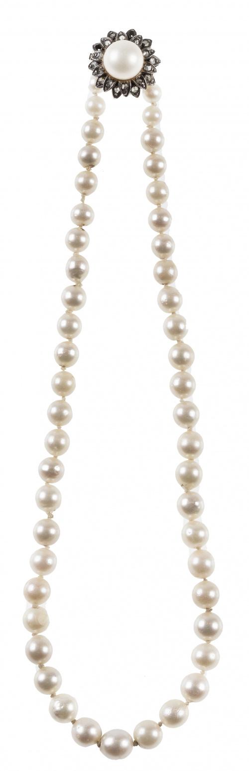 Collar de un hilo de perlas cultivadas de pp. S. XX  con ci