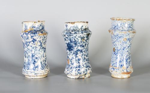 Bote de farmacia de cerámica esmaltada en azul de cobalto c