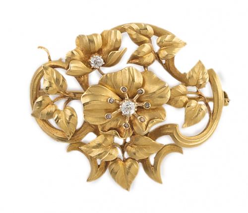 Broche Art-Nouveau con motivos florales y vegetales en dist