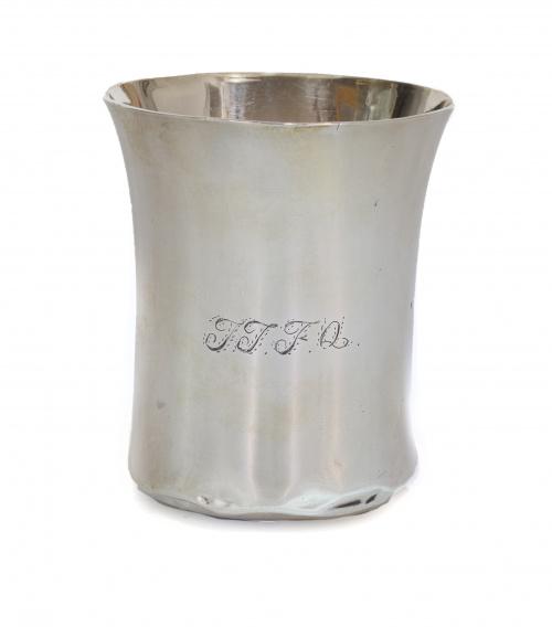 Vaso de plata de boca exvasada.Vicente Perate, Madrid, Vil