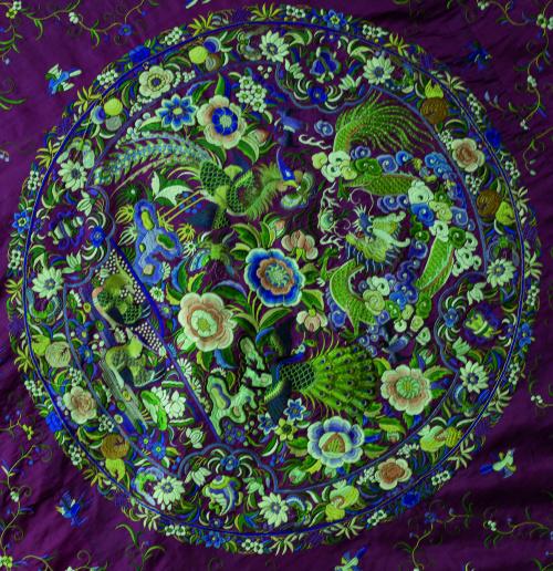 Tapiz de seda granate bordada con hilos de color, decorada