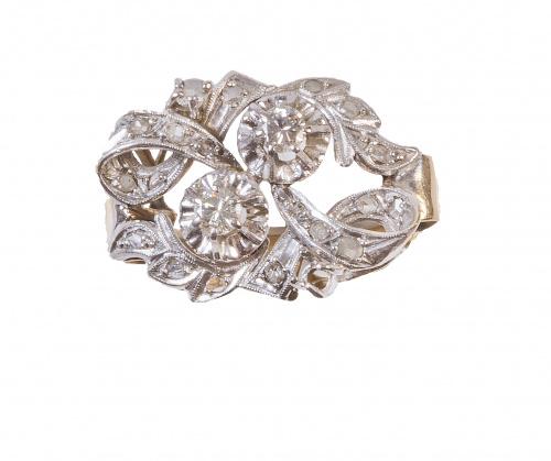 Sortija años 30 de diamantes en cintas entrelazadas con dos