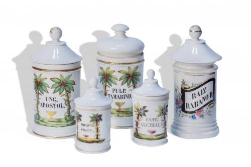 Conjunto de cinco botes de farmacia de porcelana esmaltada.
