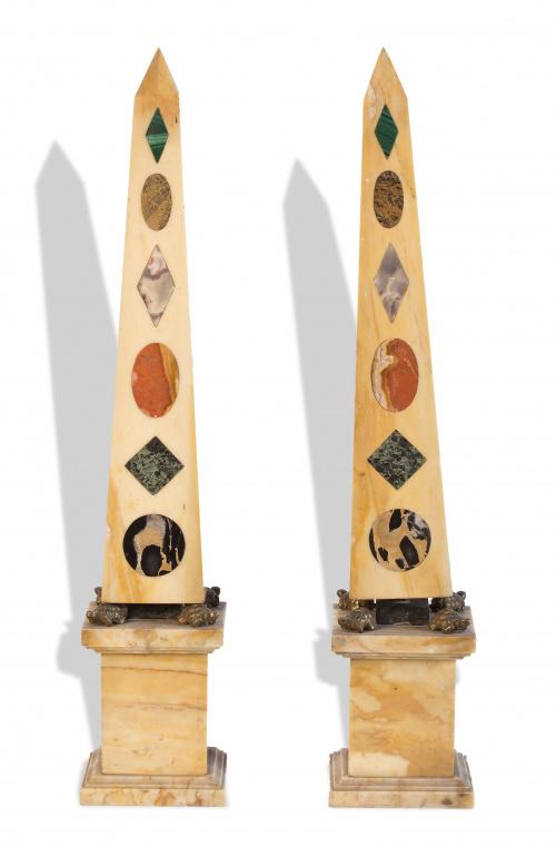 Pareja de obeliscos de mármol con marquetería de piedras du