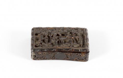 Caja de carey tallado con una escena de la vida cotidiana y