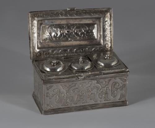 """Crismera de plata en su color con decoración de """"ferroneris"""