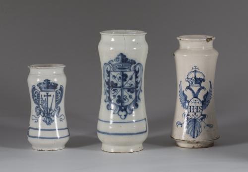 Bote de cerámica esmaltada en azul de cobalto con el escudo