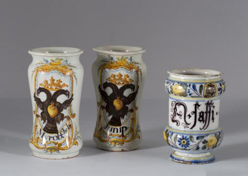 Bote de cerámica esmaltada, cenefas de frutos y flores.Sav