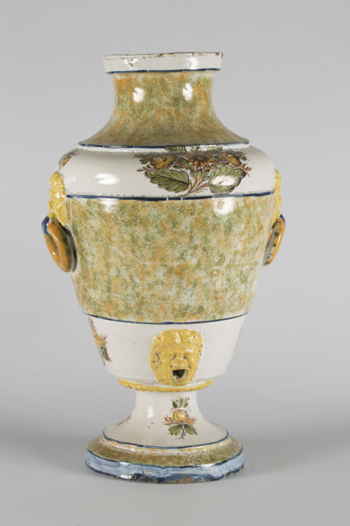 Aguamanil de cerámica esmaltada con decoración en relieve d