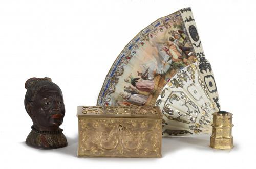 Tintero de madera tallada con forma de cabeza de indio y p