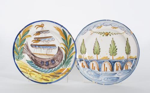 Dos platos de cerámica esmaltada, uno con un puente y otro