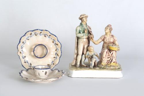 Dos mancerinas de cerámica de Alcora, S. XVIII