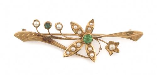 Broche con flor central de perlas finas y símil esmeralda e